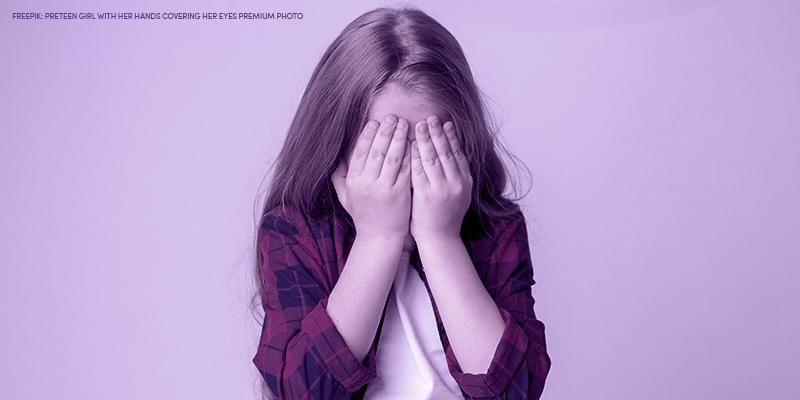 menina com as mãos no rosto
