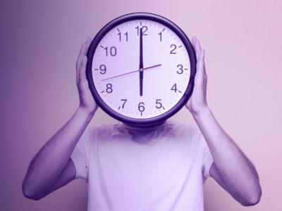 home com relógio