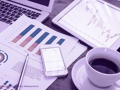 mesa de trabalho com relatórios e café