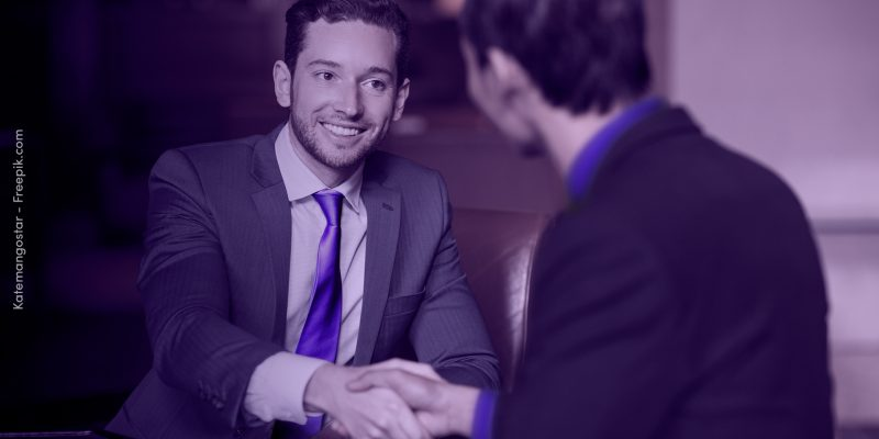 homem apertando a mão de outro homem