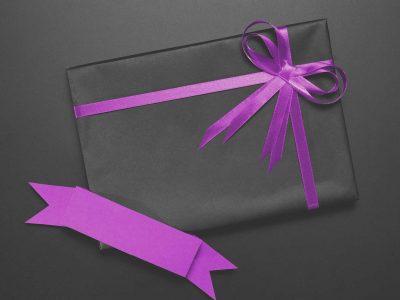 Caixa preta com laço rosa