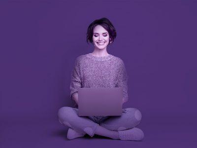 mulher segurando computador