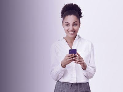 mulher segurando o celular
