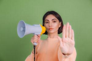 mulher indicando com a mão