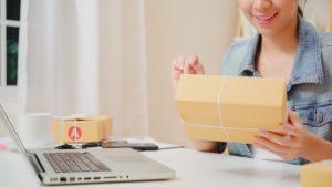 Mulher segurando uma caixa